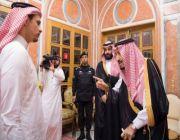 بالصور.. خادم الحرمين يستقبل سهل وصلاح خاشقجي في قصر اليمامة بالرياض