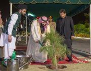 شاهد.. ولي العهد يزرع شجرة في القصر الرئاسي بإسلام آباد