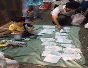طفل يبيع رسماته بـ ريال