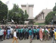 """800 عامل بنجلاديشي يغلقون الطرق في """"دكا"""" للحصول على تذاكر سفر إلى السعودية"""