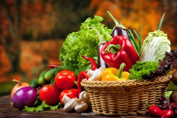 تحتوي الفواكة والخضروات على نسبة عالية من الألياف التي تمنحك الشعور بالشبع، وهي مصدر غني بالفيتامينات والمعادن