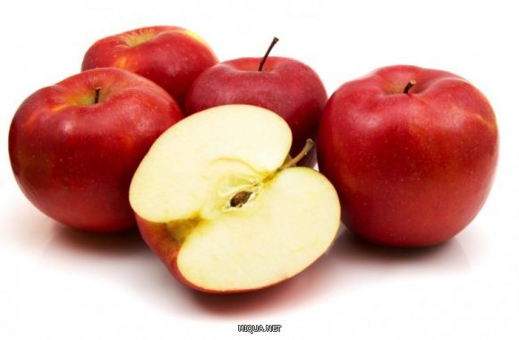 التفاح أيضاً من الأطعمة الغنية بالألياف، بالإضافة إلى أنه يحتوي على نسبة عالية من الماء