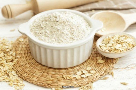 تساعد الأطعمة التي تحتوي على نسبة عالية من الألياف على الشعور بالشبع لوقت طويل، ومن بينها دقيق الشوفان الغني بالكربوهيدرات